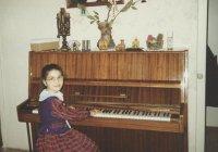 Кристина и Лаура Мартиросян – украинские джазовые музыканты, композиторы и исполнители, авторы музыкального проекта «Крунк»