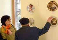 Александр Пирадов и, представленная им палитра работ тбилисских армянских художников на живописных тарелках